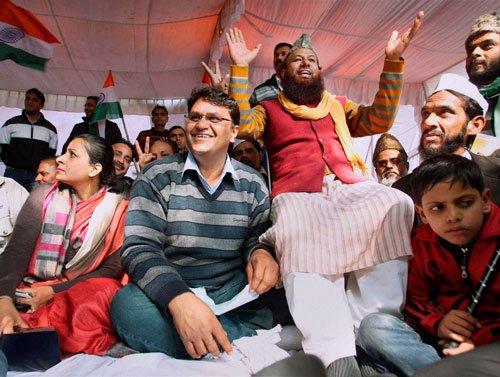 IAC volunteers join Binny in protest against Kejriwal