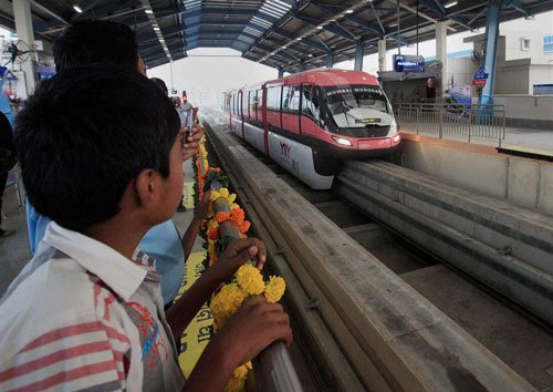 Thousands queue up for monorail ride