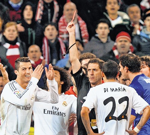 Ronaldo sees red; Atletico in sole lead