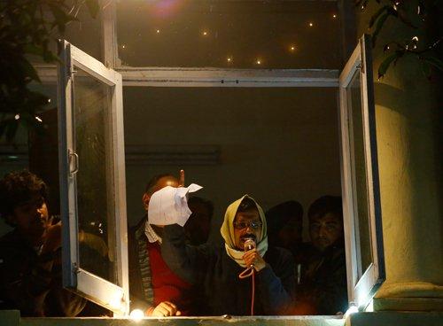 Kejriwal slams Lt Gov for not dissolving House