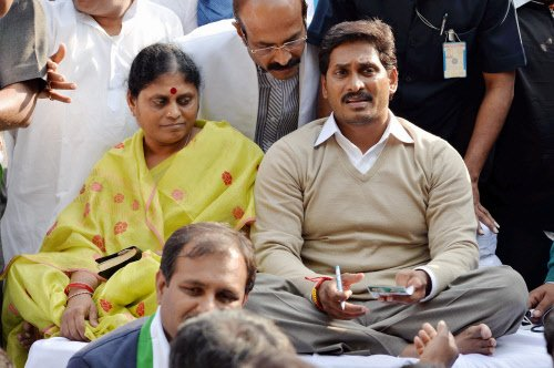 Jagan Reddy detained  in Delhi over T-protest