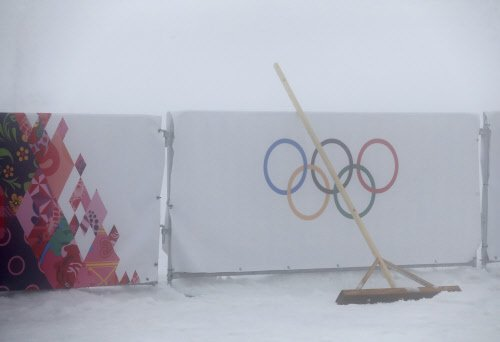 Fog plays havoc with Games, US eye ice dance gold