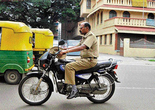City police favour more fine for helmetless ride