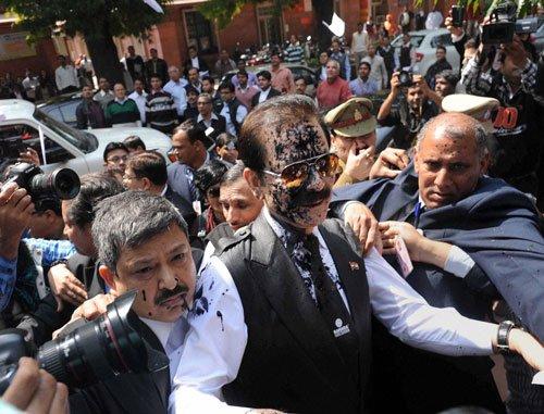 Black ink on Subrata Roy's face!