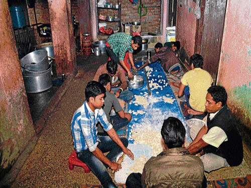 Migrants give momos a village