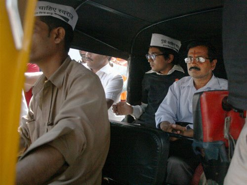 Chaos, black flags as Kejriwal takes local to woo 'aam aadmi'
