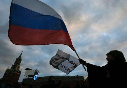 Manmohan talks to Putin, hopes for solution in Crimea