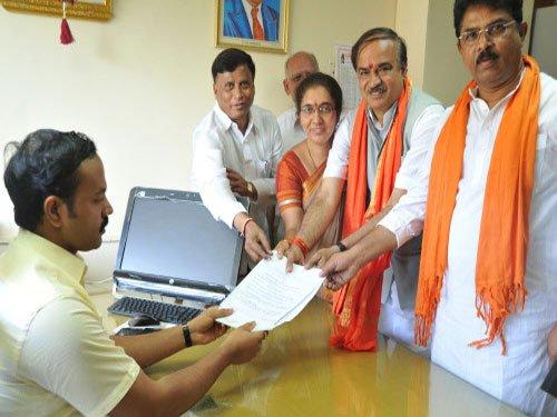 Ananth Kumar, Union Minister Muniyappa file nominations