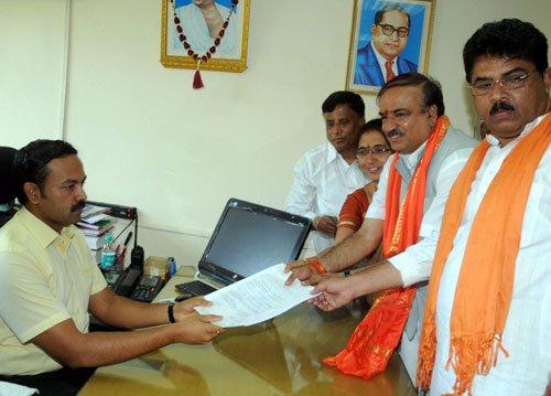 Ananth Kumar, Muniyappa file nominations
