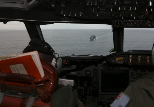 Australian ship close to retrieving possible plane debris