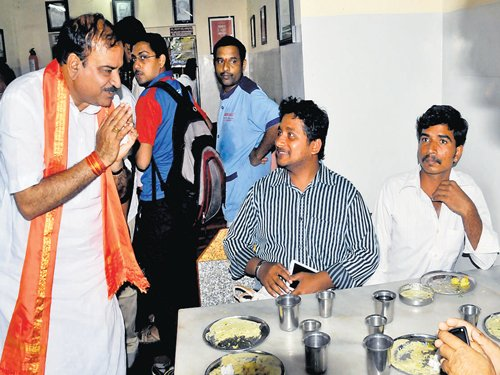 Ananth Kumar shops for votes on an evening well spent