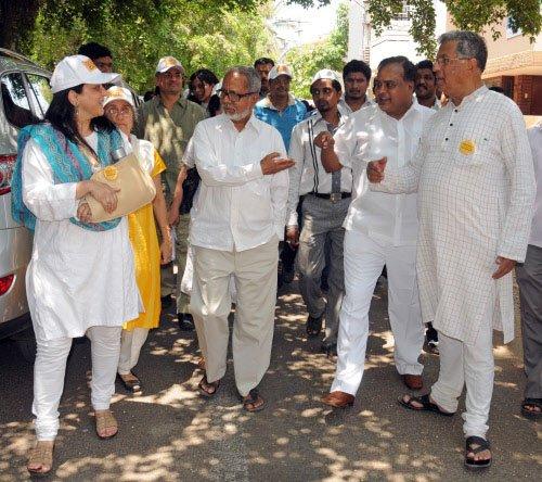 Karnad campaigns for Nilekani