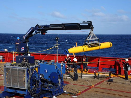 Hunt for Malaysian plane heads underwater to find black box