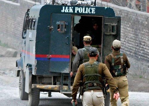 Policeman injured in Kashmir gun battle