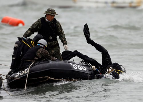 S Korea ferry captain arrested, divers 'glimpse' bodies