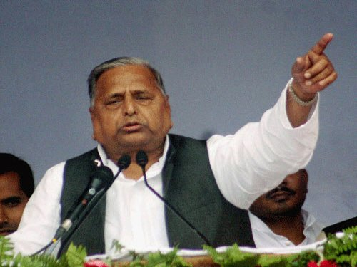 Threat to school teachers: Mulayam let off by EC with warning