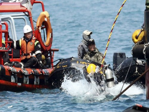 Body recovery from sunken S Korean ferry suspended, toll 187