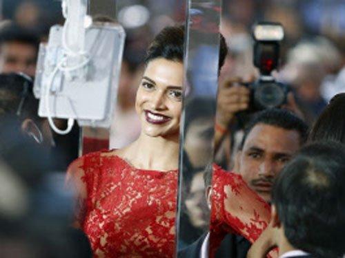 Kareena, Deepika not keen to host award shows