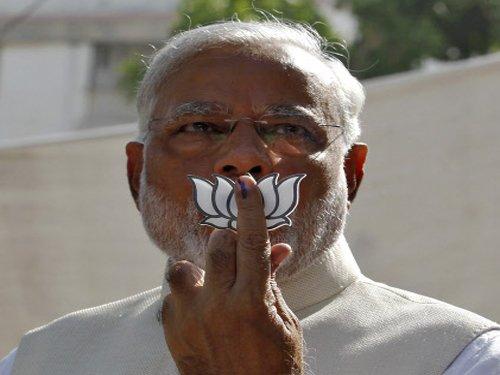 Modi flashes party symbol, Cong demands FIR agst Guj CM