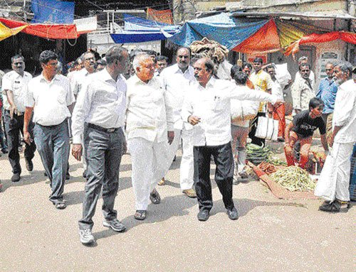 Minister reviews garbage problem in City