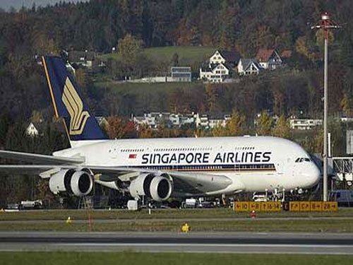 Singapore Airlines A380 superjumbo returns after door scare