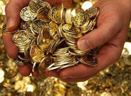 Gold tumbles to one-month low on selling by stockists