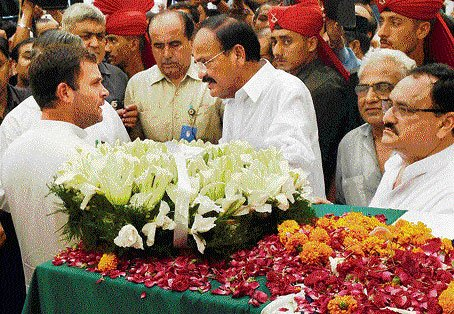 Rahul Gandhi offers tributes