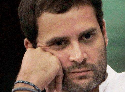 Advani sits next to Modi, Rahul moves back