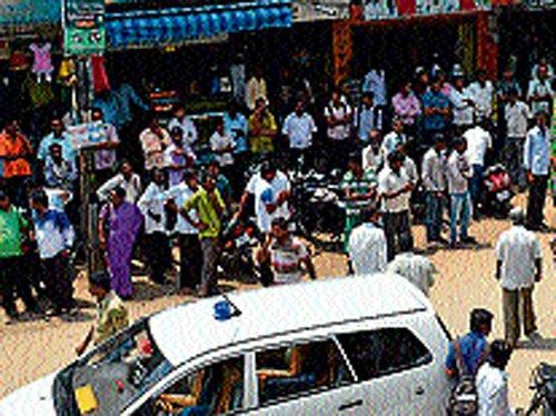 Burglars loot ` 6.5 crore in a jewellery shop heist