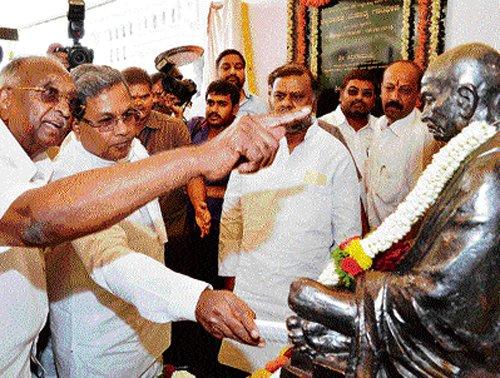 Skilled hands, latest tech to make Gandhi statue