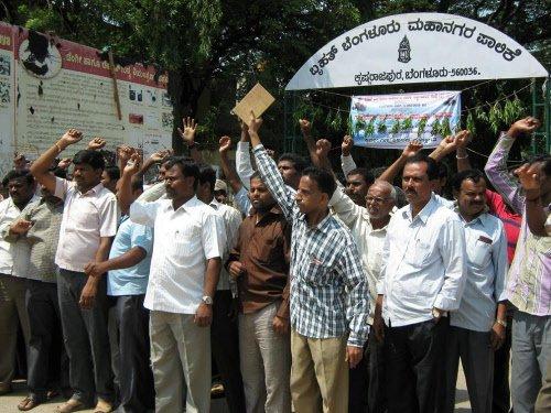 Mandur residents protest at Palike office in KR Puram