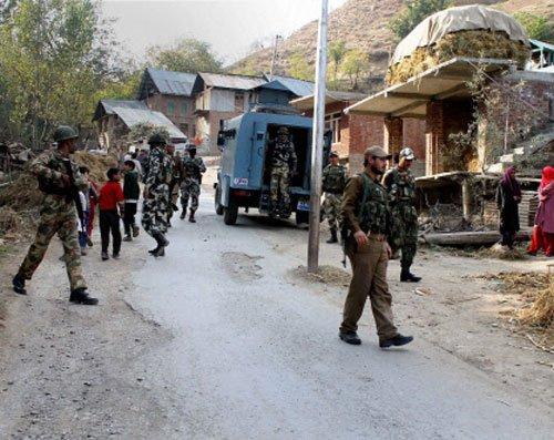 Three policemen injured in two guerrilla attacks in Kashmir