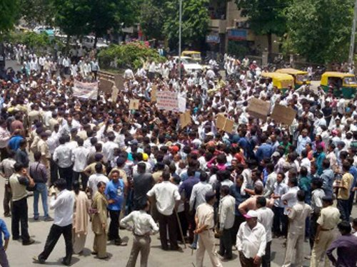 Police baton-charge milk producers at Anand plant