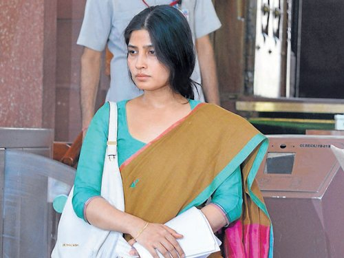 Demure Dimple comes to Mulayam's defence