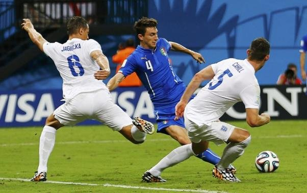 Italy keep England at bay, win crucial Group D match 2-1