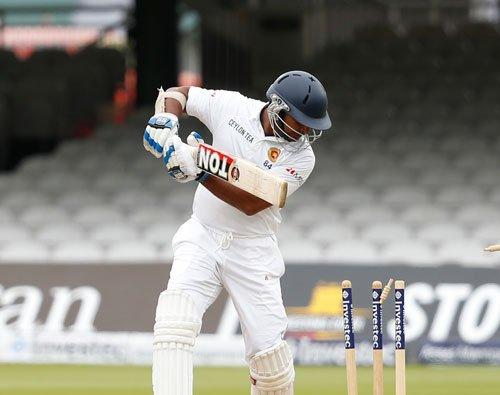 Sangakkara stands tall as England dismiss Jayawardene