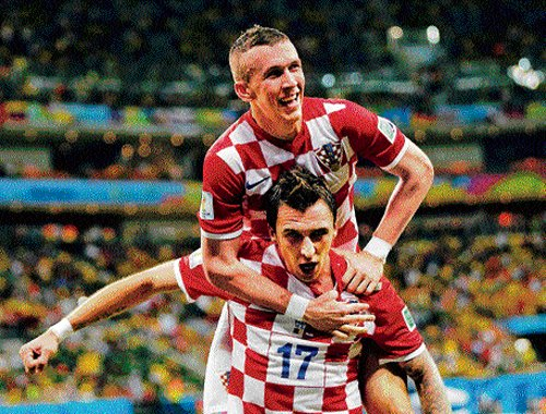 Mandzukic brace spurs Croatia