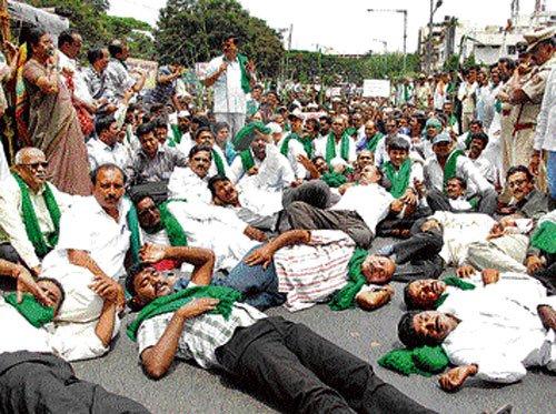 Farmers' protest disrupts traffic