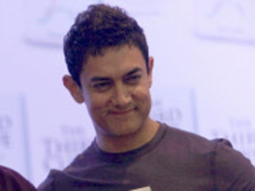 Aamir accepts sweets instead of a trophy at award show
