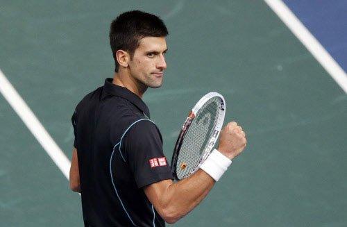 Djokovic survives Wimbledon friendly fire, Murray untroubled