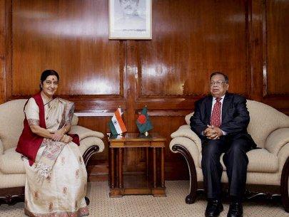 Swaraj prays for B'desh, India prosperity at Dhaka temple