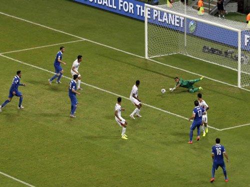 Ruiz guides Costa Rica into first World Cup quarter final
