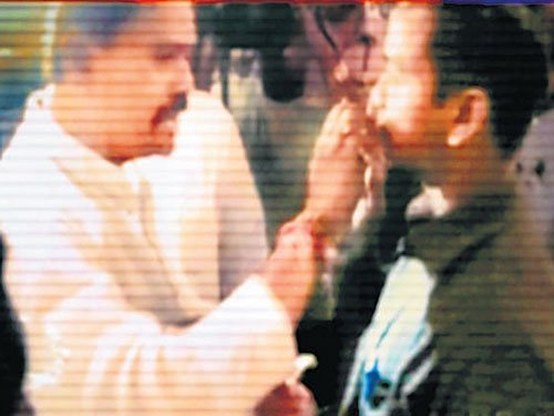 Sena MP tries to force-feed fasting supervisor in Delhi