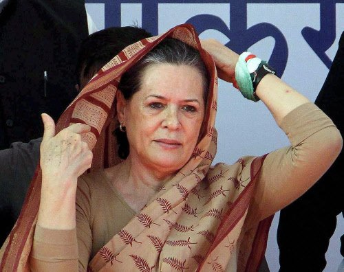 Sonia meets Pranab over crisis in party