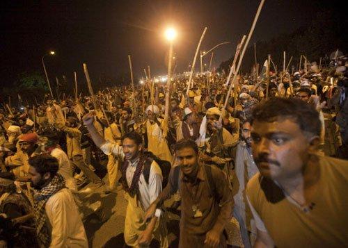 1 Pak protester killed in police firing near Sharif house