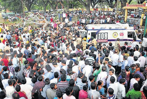 Temple tragedy: Citizens rush to rescue the trapped victims