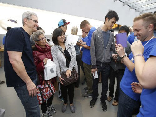 Tim Cook puts personal touch as Apple lovers queue up for iPhone 6