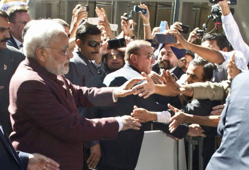 Modi mingles with crowds, throwing security officials in a tizzy