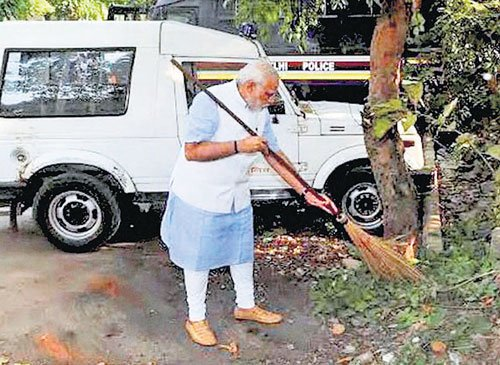 PM sweeps street to launch Clean India
