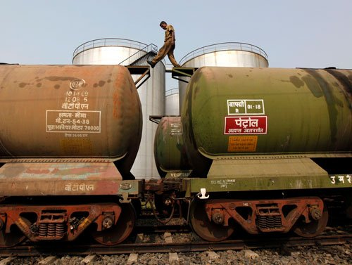Oil prices extend losses on demand fears